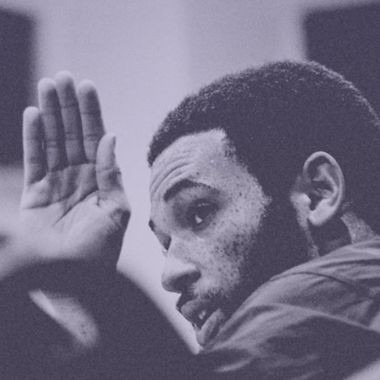man raising his hand from Ekouté website